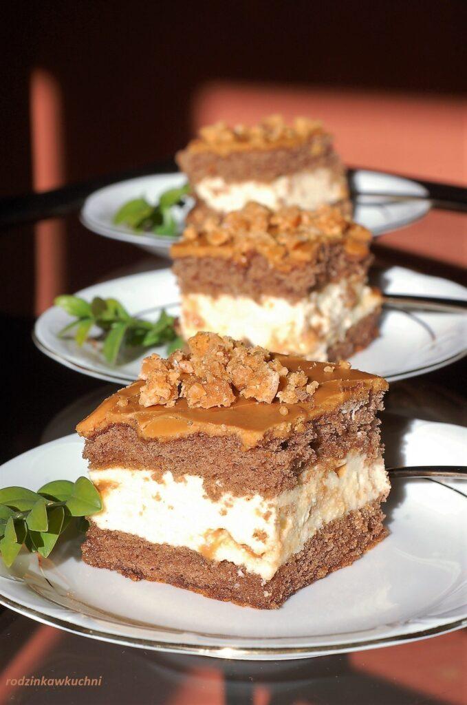 ciasto krówka, biszkopt przekładany kremem budyniowym z krówkami i polewą krówkową