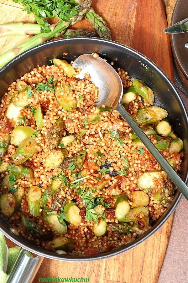 Kaszotto ze szparagami i suszonymi pomidorami, danie jednogarnkowe, wegańskie