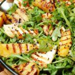 Sałatka z grillowanym halloumi, ananasem i mango