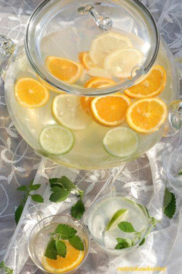 Letni kruszon z wodą z kwiatów pomarańczy z plasterkami cytrusów i lodem