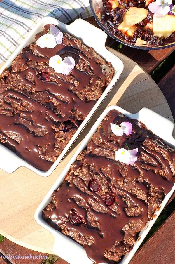 Zapiekana owsianka brownie z wiśniami i sosem czekoladowym