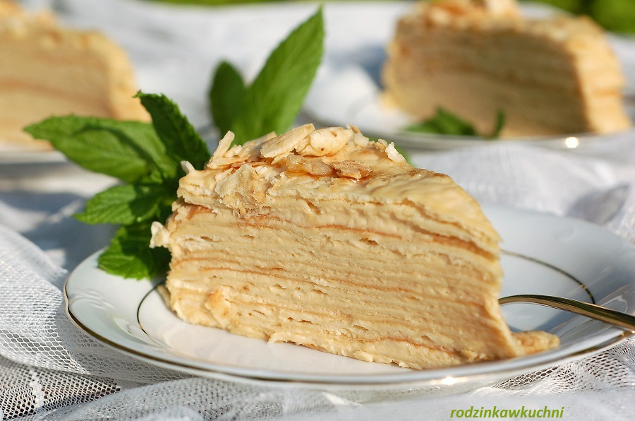 Wielowarstwowy tort napoleon z kremem budyniowym.Porcja tortu.