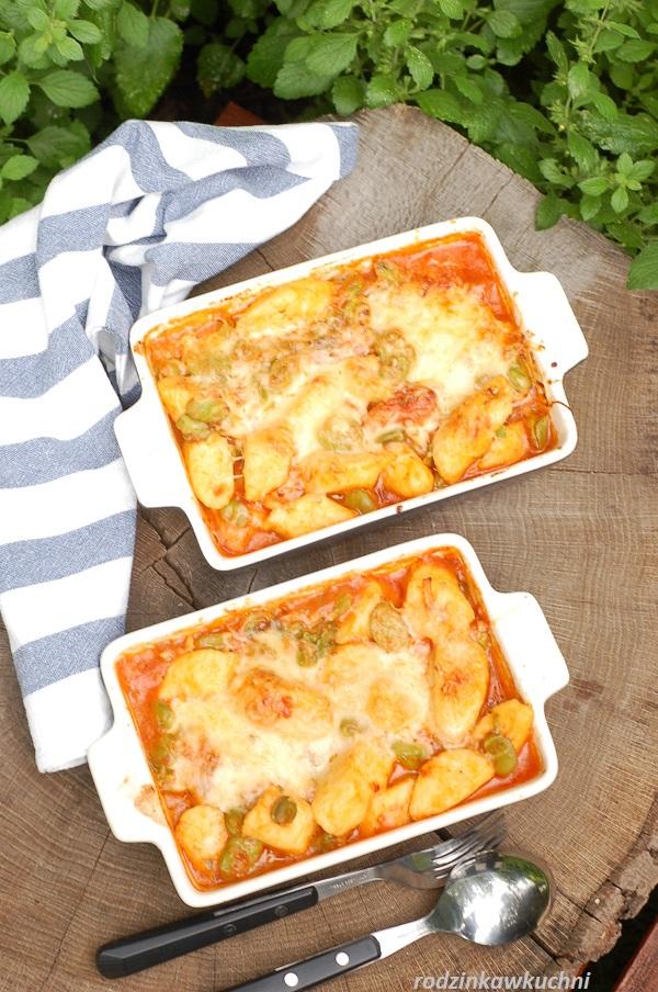 Kopytka zapiekane w sosie pomidorowym z ziołami, kaparami, mozzarellą