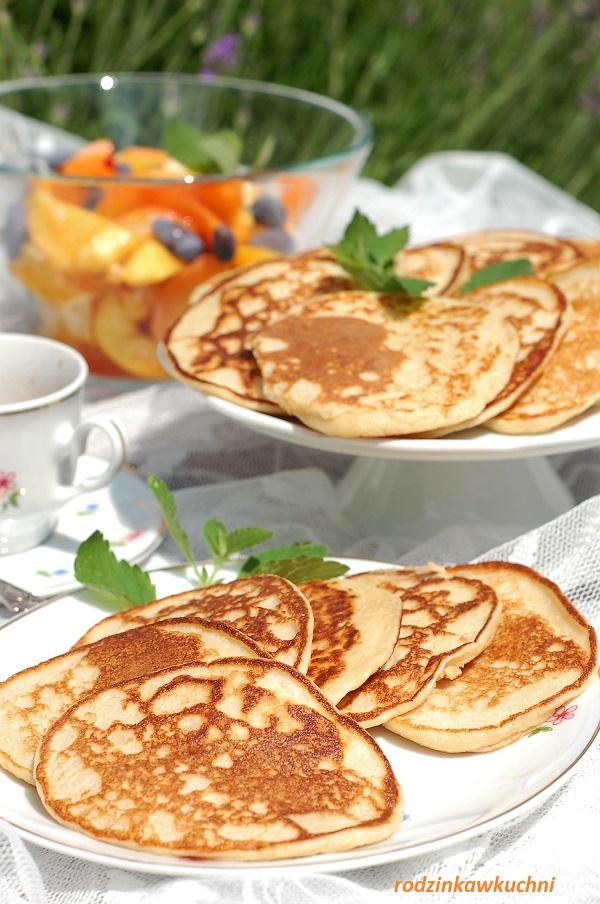 placuszki owsiane na kefirze z sałatką owocową i kawą; wersja piknikowa śniadania