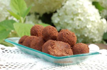 Domowe trufle czekoladowo-daktylowe, otoczone startą czekoladą