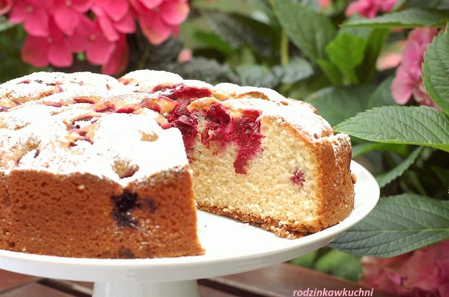 Proste ciasto na śmietanie, ucierane, z wiśniami, oprószone cukrem pudrem