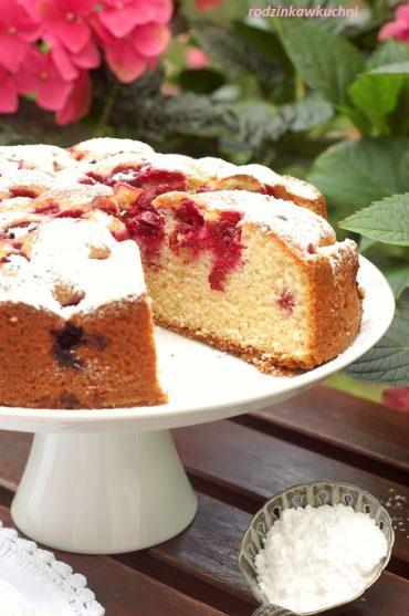 Proste ciasto na śmietanie, ucierane, z wiśniami, oprószone cukrem pudremProste ciasto ucierane z wiśniami na śmietanie, oprószone cukrem pudrem
