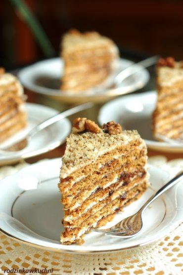 Miodownik orzechowy, wielowarstwowe ciasto przełożone kremem i powidłami