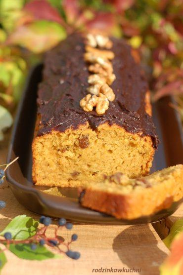 Ciasto dyniowe z polewą daktylową i orzechami