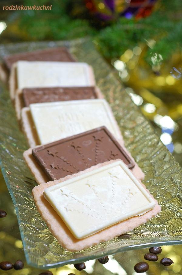 Kruche ciastka pokryte z jednej strony ozdobną czekoladą