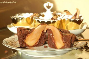 babeczki brownie z gruszkami, babeczki czekoladowe z gruszkami i sisem czekoladowym