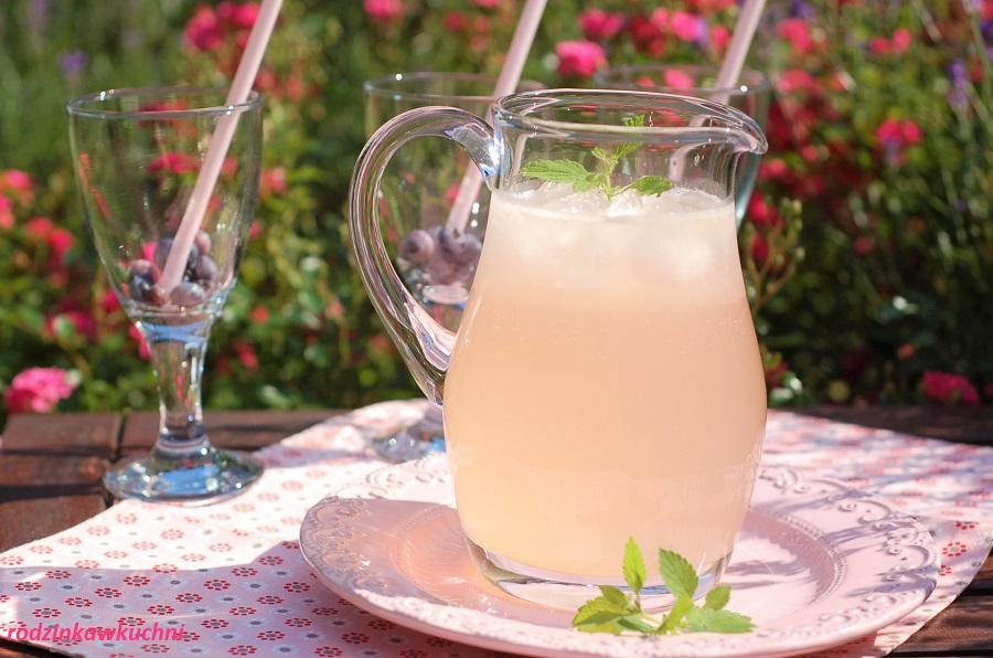 Różana lemoniada, napój na upały