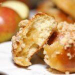 Bułeczki drożdżowe z jabłkami i kruszonką