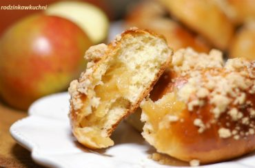 drożdżówki z jabłkami i kruszonką