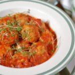 Pulpety z tofu i kaszy jaglanej w sosie pomidorowym