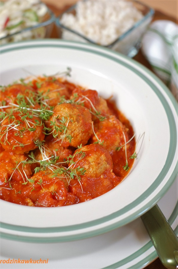 Pulpety z tofu i kaszy jaglanej z sosem pomidorowym