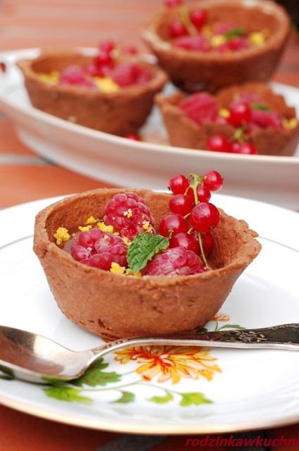 babeczki czekoladowe z kremem czekoladowym i malinami_tarteletki czekoladowe_babeczki z kremem_babeczki z owocami_dania na lato