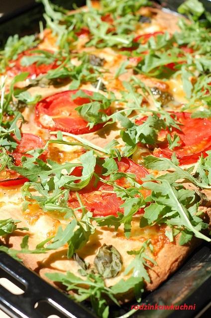 pizza bezglutenowa_pizza z mozzarellą, pomidorami i rukolą_danie wegetariańskie