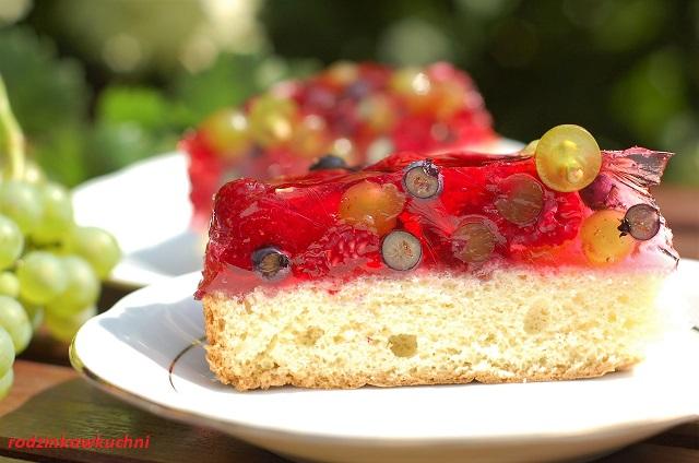 biszkopt z owocami i galaretką_ciasto na lato_ciasto na upały_proste ciasto