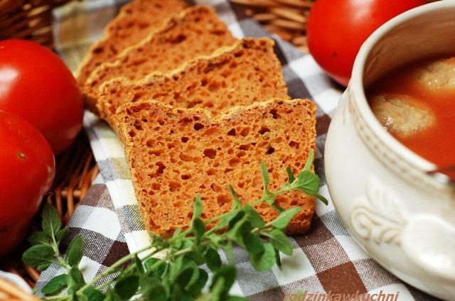 chleb gryczany z pomidorami i bazylią_chleb na drożdżach_chleb bezglutenowy