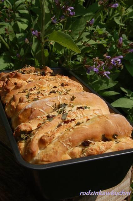 Chlebek pomidorowo-ziołowy na piknik_chleb drożdżowy_wytrawne wypieki_chleb pszenny_dania na piknik