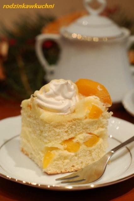 Ciasto z kremem brzoskwiniowym i bezami_ciasto z kremem_ciasto z owocami_ciasto z bezami_przepisy na karnawał