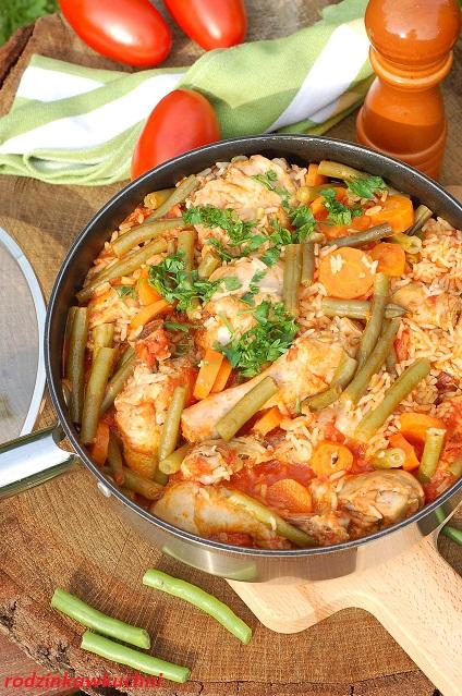 czerwony kurczak_kurczak z pomidorami i fasolką_danie jednogarnkowe_kurczak z ryżem