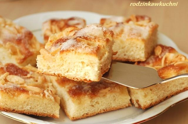 drożdżówka maślana na piknik_ciasto drożdżowe_ciasto z migdałami_ciasto na piknik