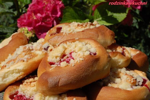 drożdżówki z wiśniami i kruszonką_słodkie bułki_bułki z owocami_dania na lato