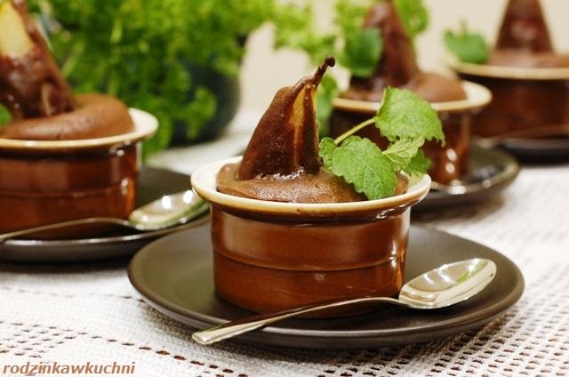 gruszki w cieście czekoladowym_deser czekoladowy_babeczka czekoladowa z całą gruszką_deser bezglutenowy