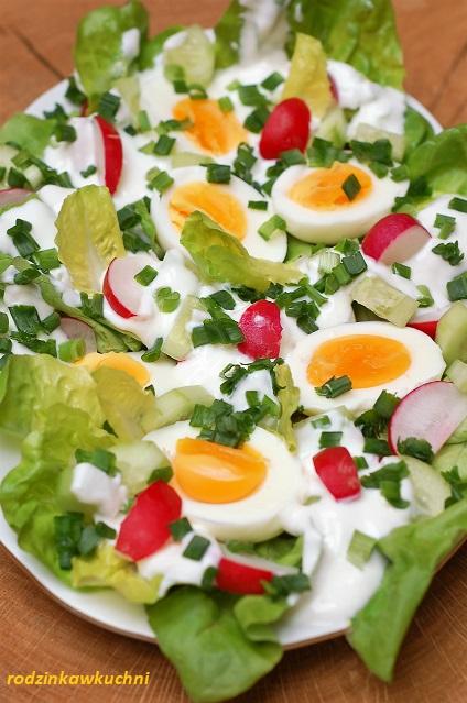 jaja w sosie wiosennym_przystawka wielkanocna_jaja w warzywach