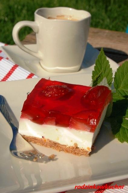 jogurtowiec z truskawkami_ciasto bez pieczenia_ciasto z owocami_ciasto na zimno_ciasto dietetyczne