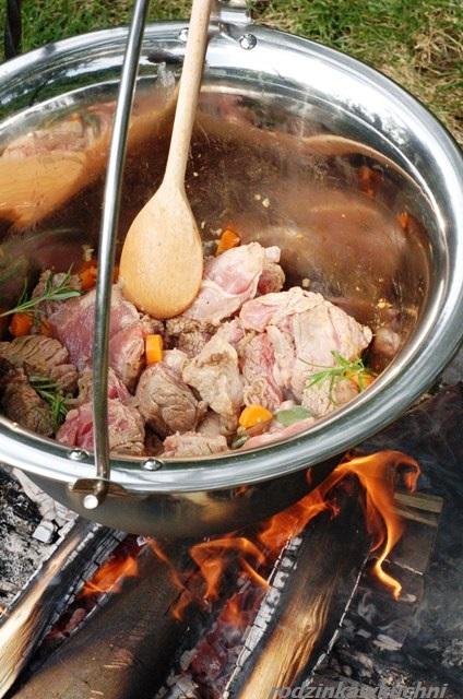gulasz z polentą Łakomych Włochów_kociołek pasterski_kuchnia włoska_kuchnia węgierska_kuchnia rumuńska