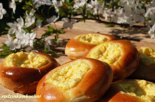 kołaczyki z serem_słodkie bułki drożdżowe_bułki nadziewane_kuchnia polska|