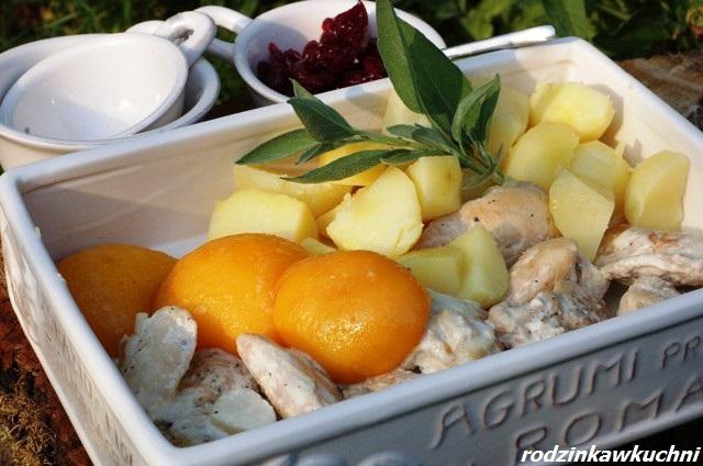 kurczak z flambirowanymi brzoskwiniami_danie z drobiu_mięso z owocami