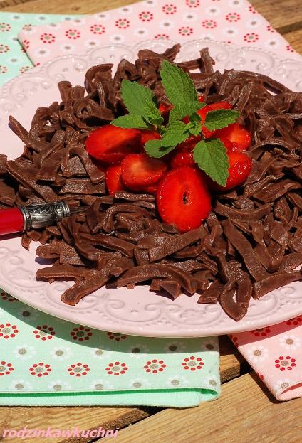 makaron czekoladowy z owocami_makaron domowy_słodki obiad_danie na lato