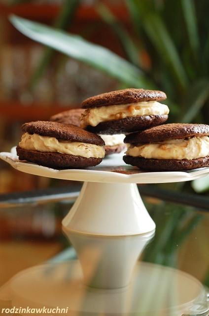 markizy czekoladowe z kremem krówkowym_domowe ciastka z kremem_ciastka przekładane