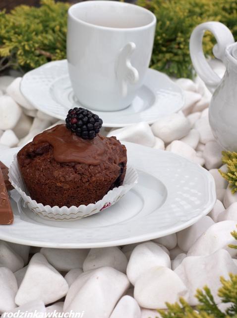 Mocno czekoladowe muffinki z jeżynami_ciasto z owocami_ciasto czekoladowe_finger food_drobne wypieki