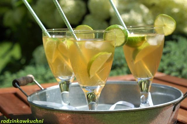 herbata mrożona z syropem z kwiatów czarnego bzu i limonką_herbata zielona_napój na upały