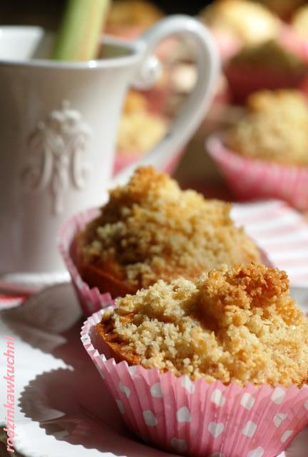 Muffinki z rabarbarem i migdałową kruszonką_przepisy na piknik