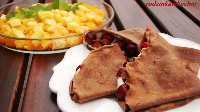 naleśniki czekoladowe ze słoneczną sałatką_naleśniki_sałatka owocowa_dania na lato