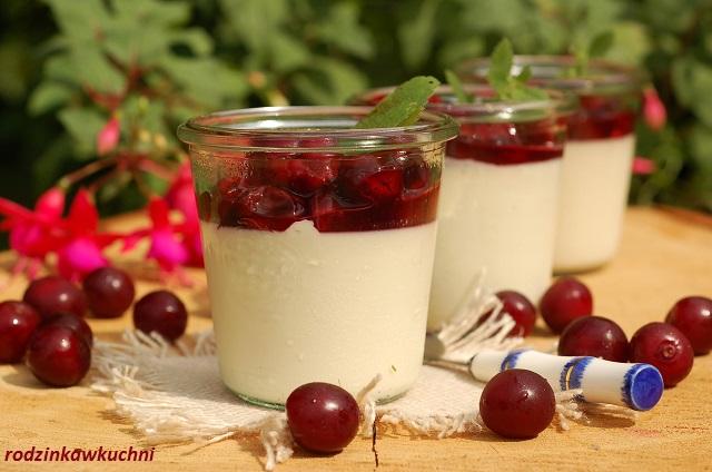 panna cotta z sosem wiśniowym_deser włoski_deser kremowy_deser z wiśniami