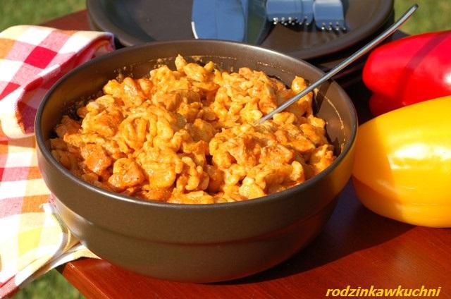 paprykarz z kurczaka z galuszkami_danie z drobiu_danie kuchni węgierskiej_gulasz z kluskami