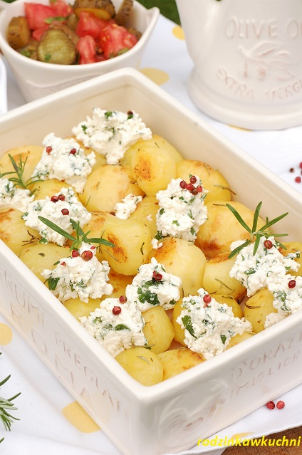 pieczone ziemniaki z rozmarynem i wędzonym twarogiem_młode ziemniaki_obiad wegetariański_obiad na lato
