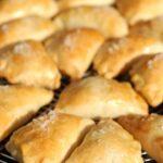 Pieczone pierogi z jabłkami i rodzynkami