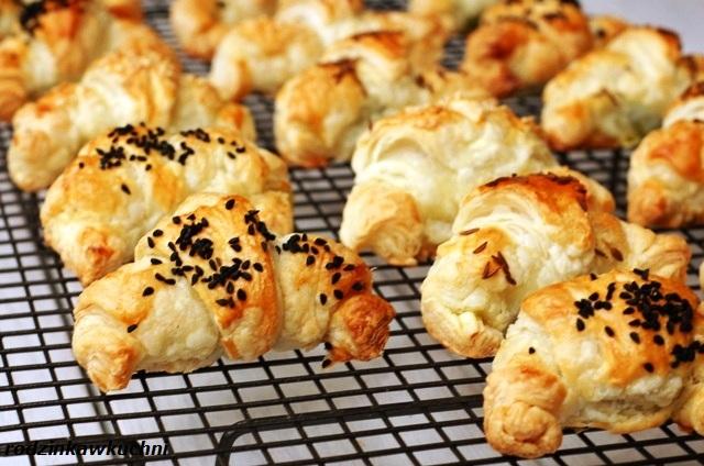 rogaliki nadziewane szpinakiem_rogaliki na słono_rogaliki z ciasta francuskiego_przekąski karnawałowe