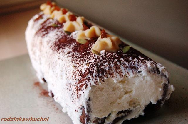 rolada czekoladowa z marcepanem i porzeczkami_rolada biszkoptowa_ciasta z kremem