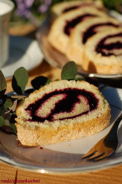 rolada z jagodami_biszkopt z jagodami_ciasto z owocami