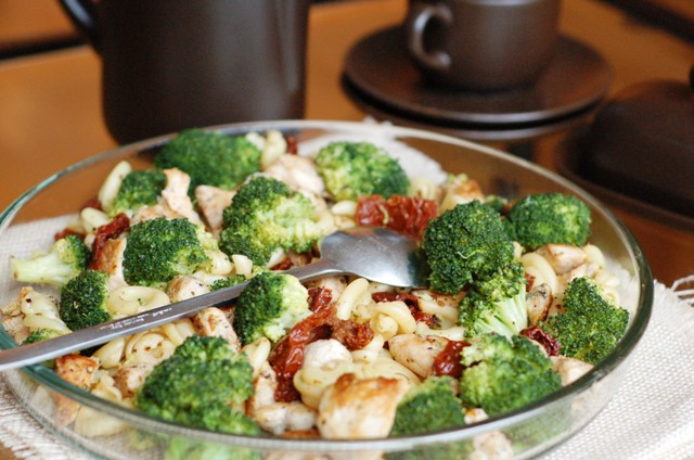 sałatka kurczak brokuły suszone pomidory_dania karnawałowe_obiad na zimno_danie na wynos