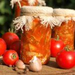 Sałatka z ogórków w zalewie pomidorowej na zimę
